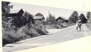 Birgitta och Olle hämtar mjölk på Hagen 1962