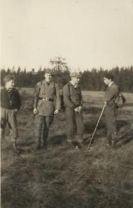 På Fågelmossen uppe i Rackstadskogarna. fr v Leif Lindström, Olle Johansson (Wettmark), Knut Aronsson och Våge. 30-talet