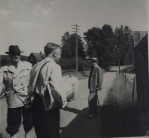 Fritz Lindström, Post-Erik och Disponent Erik Holmgren, sommarboende på Anneberg, väntar på posten
