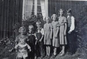 Syskonen 1937 i åldersordning: Sune, Aina, Gunni, Britta, Dickie, Erik, Elsa, Erling. Inger ännu inte född
