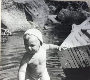 Lars-Erik håller ett fast grepp om Tures båt i sandstranden