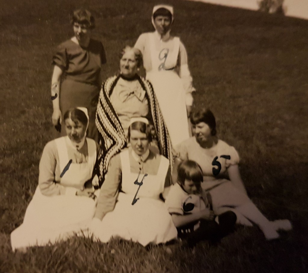 Mors dag 1935. 1. Rosa, 2. Daga, 3. Nora, 4 Sonja, 5. Vega, Vollrat son till Rosa med mor i mitten. Sjöbergs Foto, Treskog